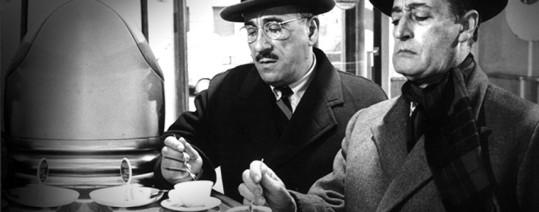 Totò e Peppino bevono caffè