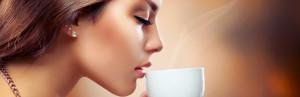 Donna beve caffè