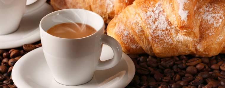 Mangiare dolci e caffè
